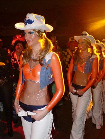 Frauen verkleidet als Cowgirls