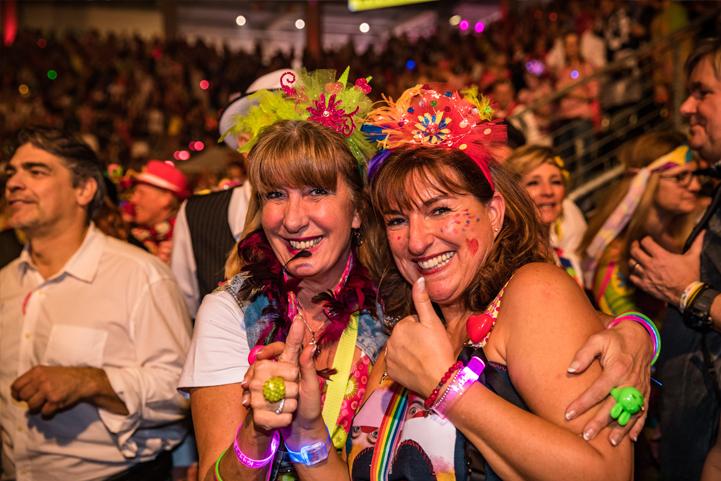 Zwei Frauen mit Kostüm feiern Karneval
